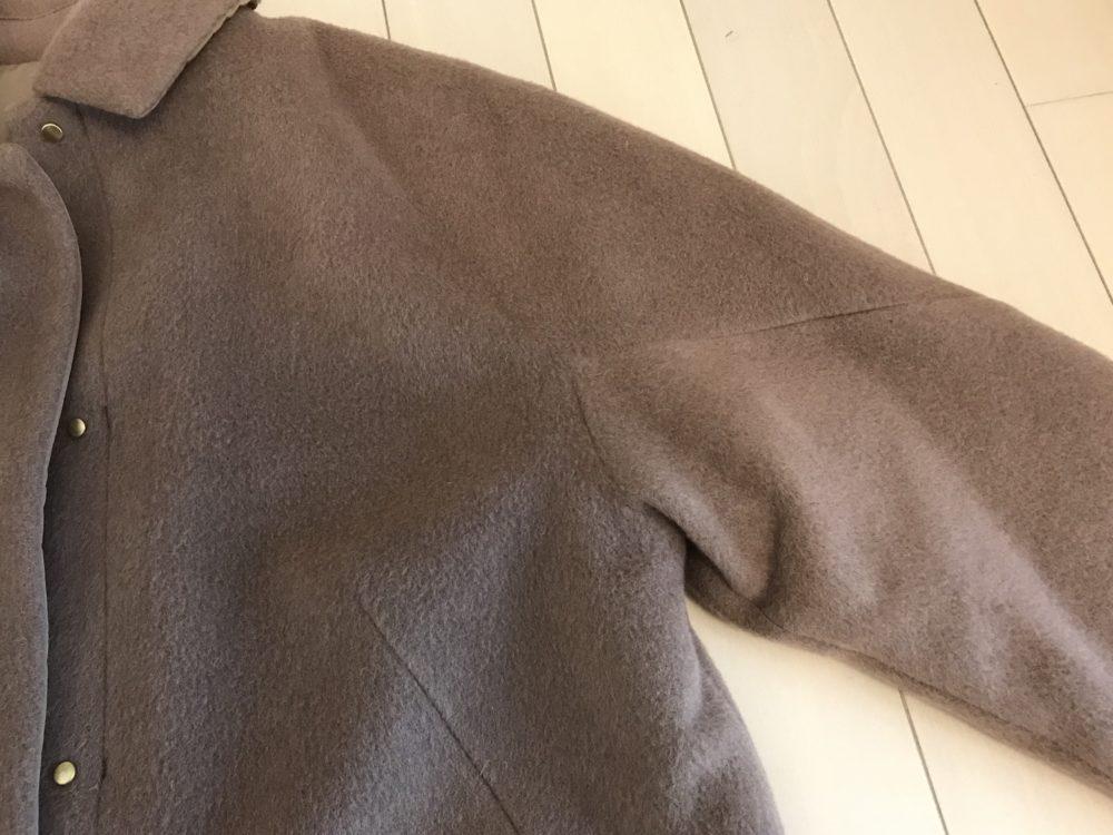 ドゥクラッセ・マジカルサーモ リバーシブル・ウールコートの肩のライン