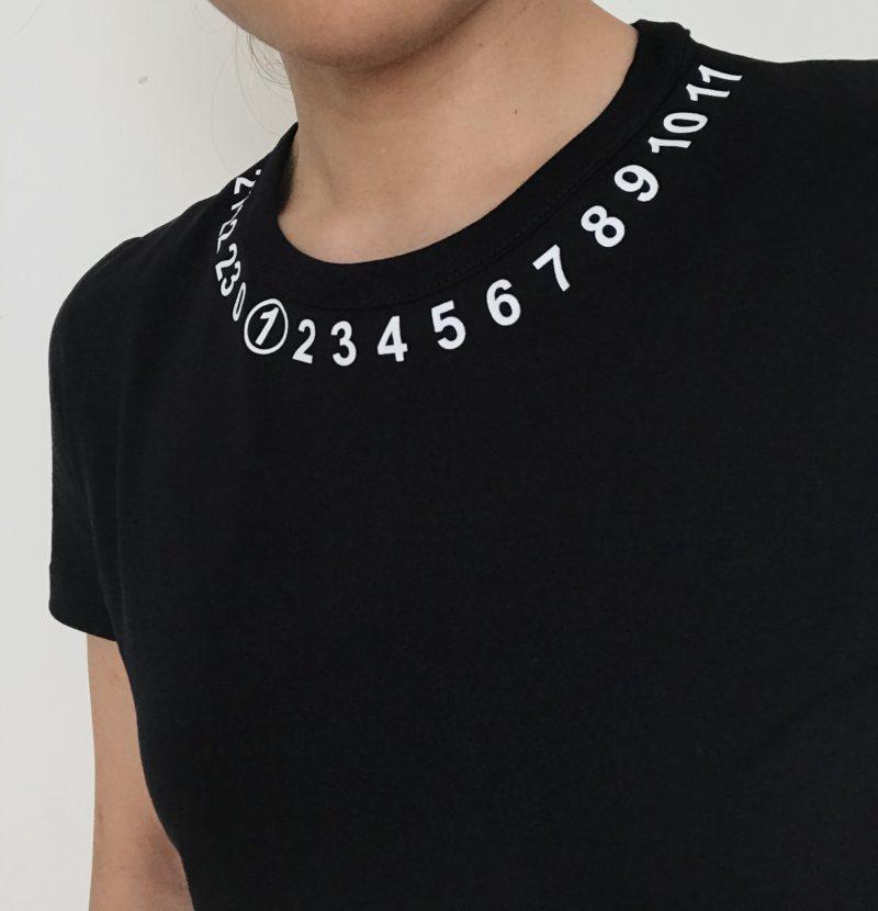 Maison Margiela(メゾンマルジェラ)のロゴTシャツのネックライン
