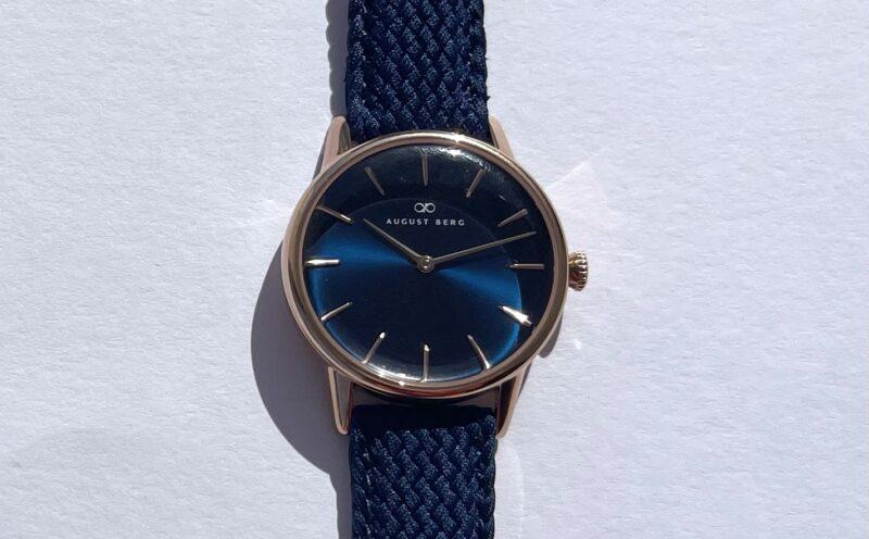 August Berg(オーガストバーグ)の腕時計SERENITY(セレニティ)の文字盤を太陽光に当てる